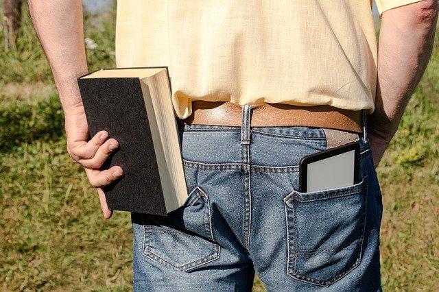 držet v ruce knihu