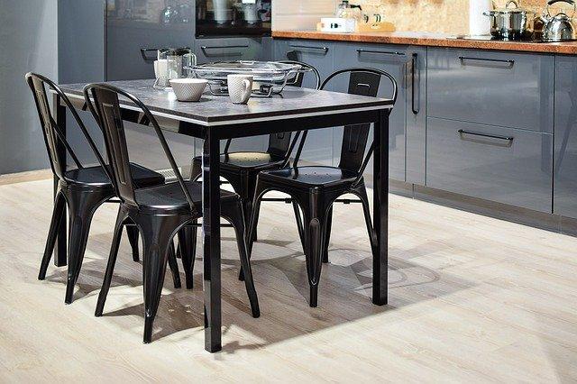 stůl v kuchyni