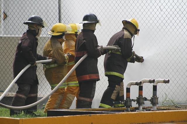 hasiči při hašení.jpg