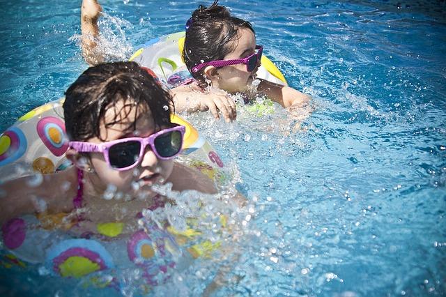 dvojčata v bazénu