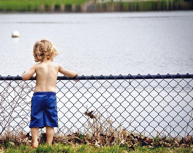 chlapec u plotu