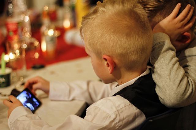 kluk s mobilem