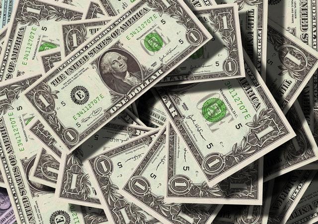 hromada dolarových bankovek.jpg